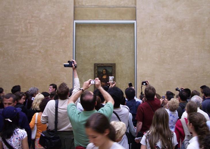 miles de turistas queriendo tomarle una foto a la Mona Lisa