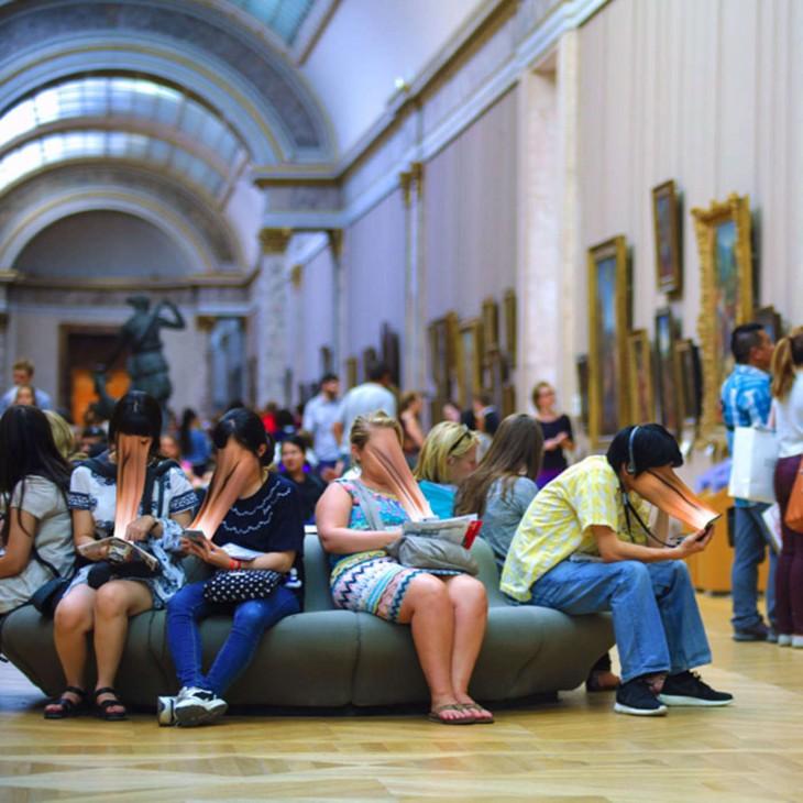 PERSONAS EN MUSEO DE ARTE VIENDO TODOS SUS CELULARES