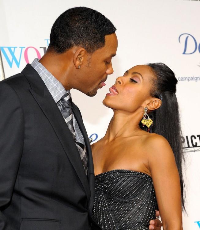 Will Smith y su esposa Jada Korent Pinkett a punto de darse un beso de lengüita