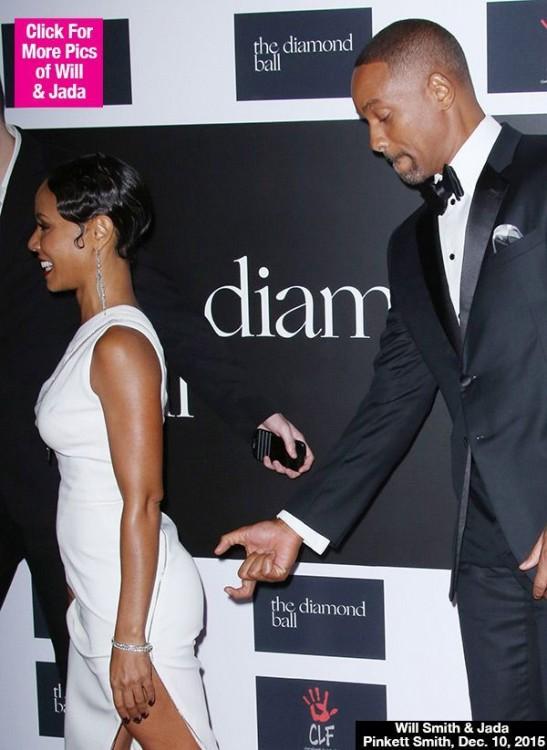 Will Smith simulando que le tocará el trasero a su esposa Jada Korent Pinkett