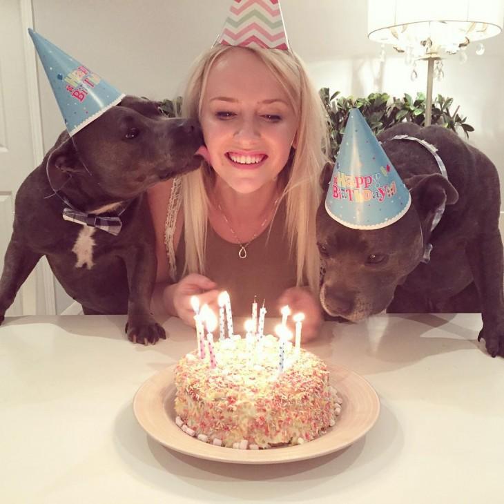 celebrando el cumpleaños de su dueña