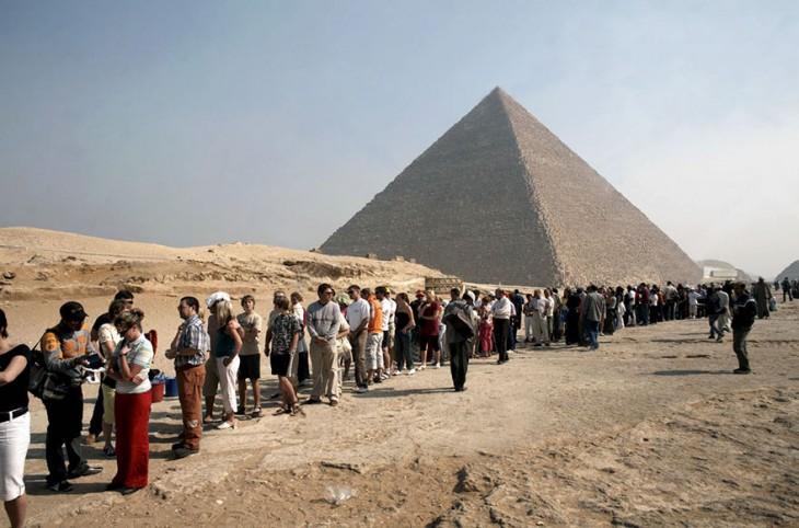 filas interminables en las pirámides de Egipto