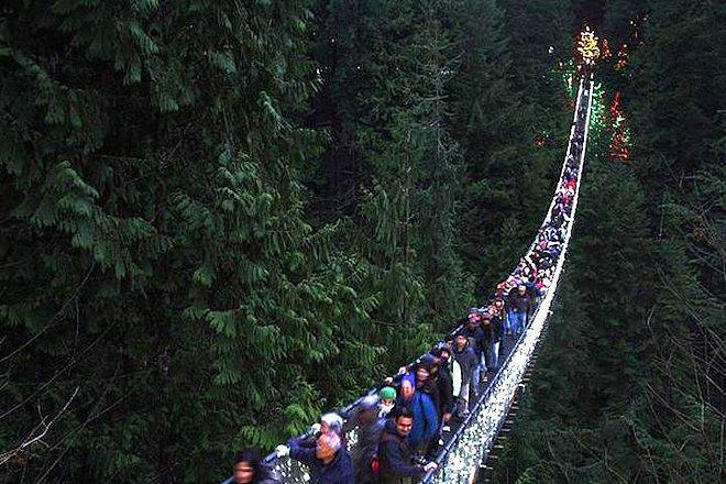 Puente colgante en vancouver lleno de turistas