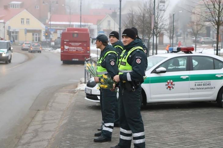 Oficiales de Lituania en Europa regalando flores el día de la mujer