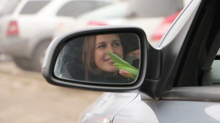 Expresión de una mujer vista desde el retrovisor de un coche