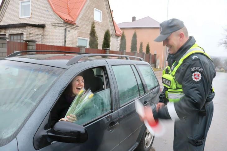 mujer en Lituania recibiendo flores por parte de la policía