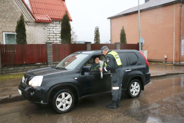 Policía en Lituania regala flores el día de la mujer