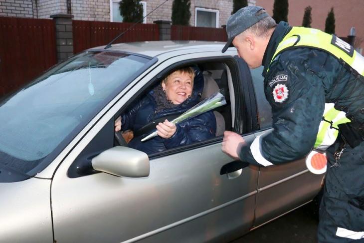Policía en Lituania regala flores a los coches conducidos por mujeres el día de la mujer