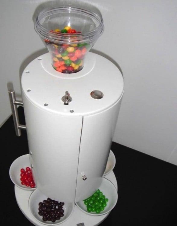 maquina de dulces que separa los caramelos por su color