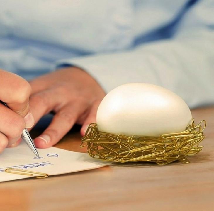 huevo magnético que forma un nido con clips de papel