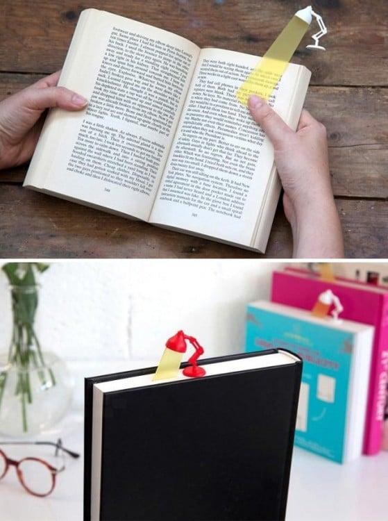 libro con un separador de páginas en forma de lámpara