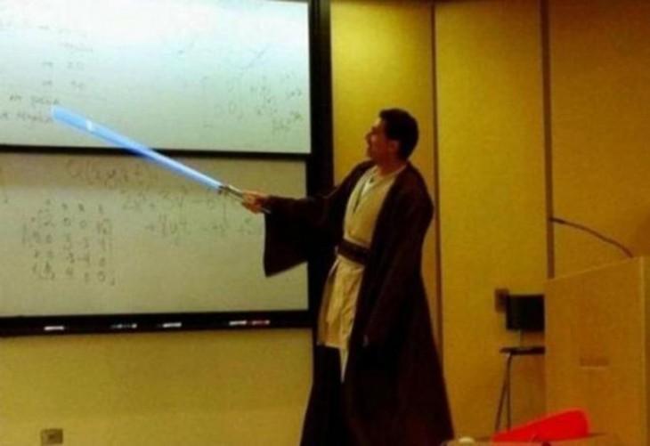 profesor de matemáticas vestido de padawan de Star Wars