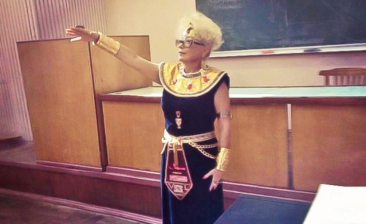 Fotografía de una maestra vestida de cleopatra durante una clase de historia