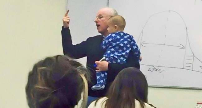 profesor de universidad que cuida a un bebé mientras da clases