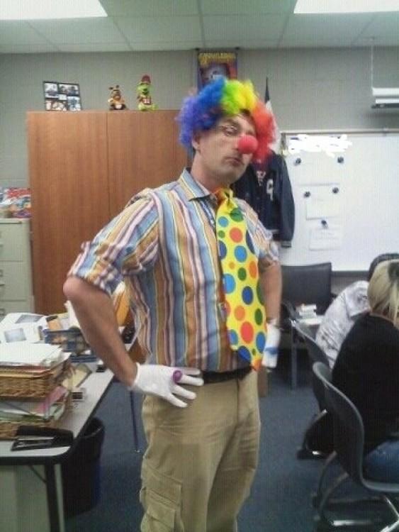 profesor vestido de payaso
