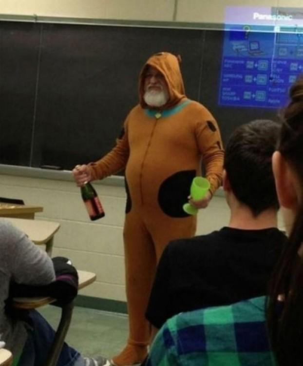profesor vestido de Scooby Doo