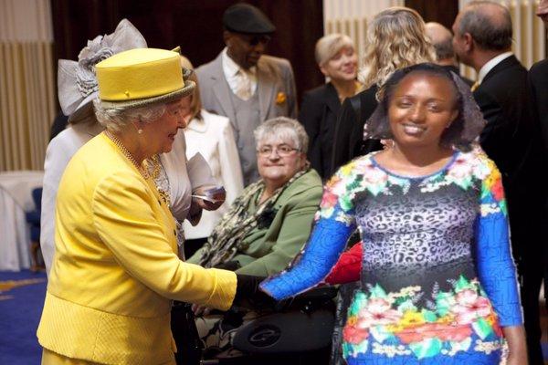 seve gat´s saludando a la reina de inglaterra