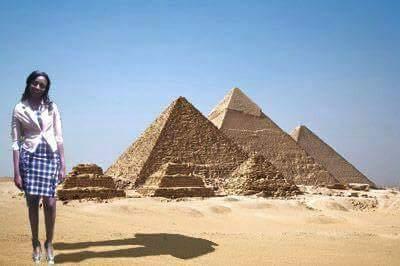 photoshop de la keniana Seve Gat´s en las pirámides de Egipto