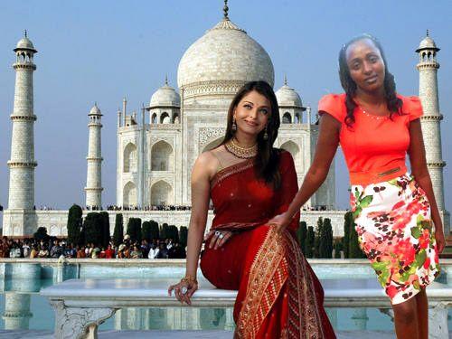 Seve Gat´s en el Taj Mahal recargada sobre la rodilla de una chica