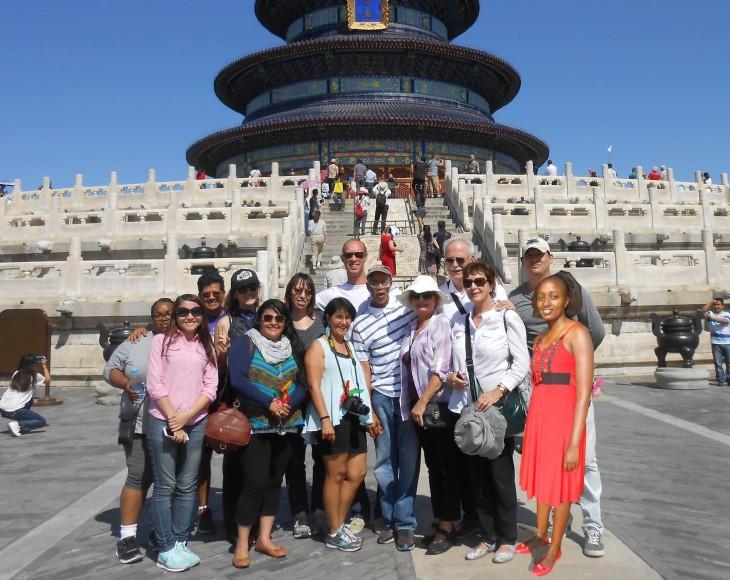 imagen photoshopeada de Seve Gat´s con una multitud de gente en un lugar turístico en China