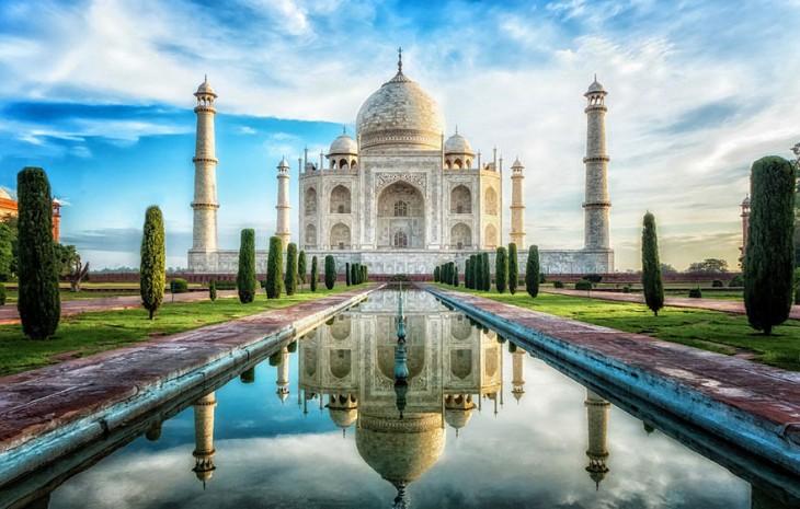 Vista del Taj Mahal con el cielo despejado, postal