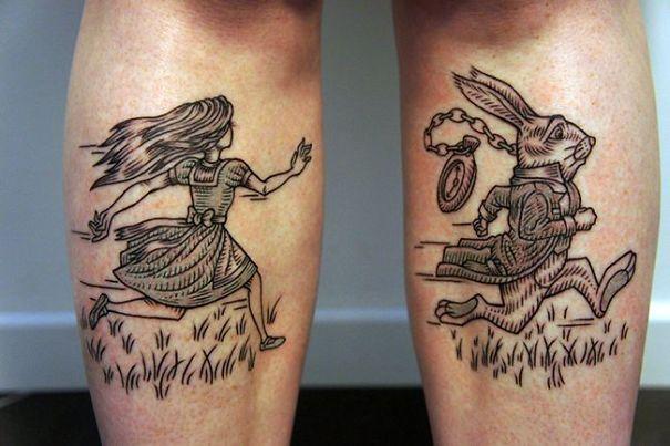 Alicia en el país de las maravillas tatuaje inspirado en elibro