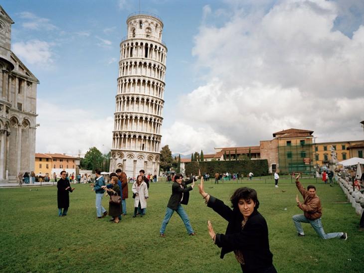 Muchos turistas que quieren tomarse una foto sosteniendo la Torre Pisa