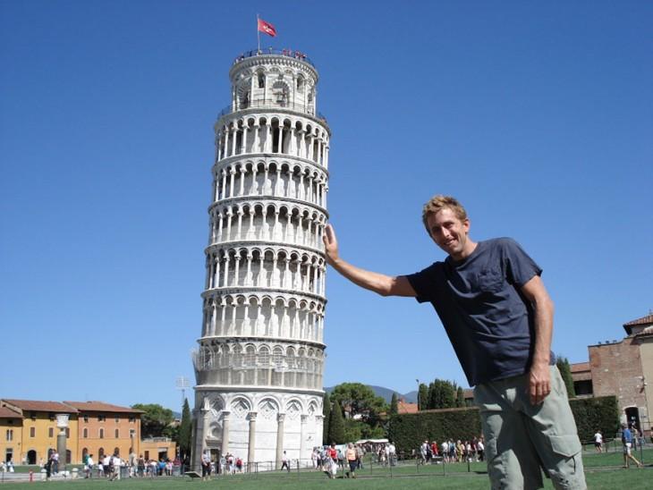 Hombre en foto que parece que sostiene la Torre de Pisa