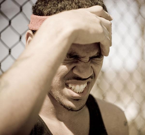 Hombre con dolor de cabeza después de hacer ejercicio