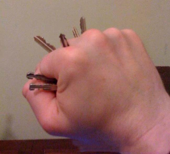 mano con llaves como un truco contra los ladrones