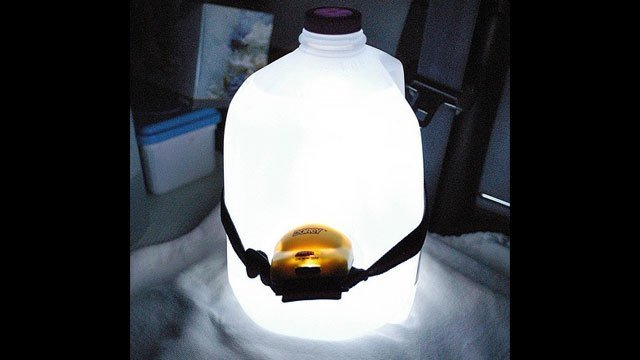Lámpara hecha con un galón de jugo