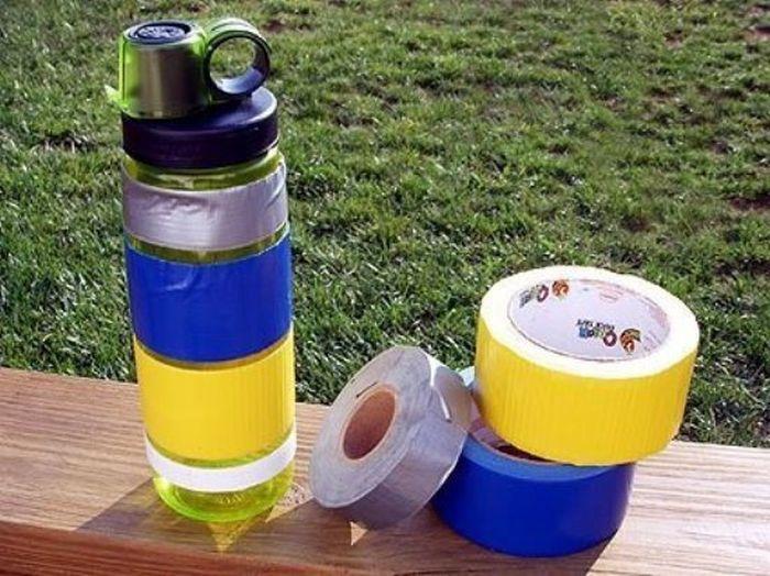 botella de agua con cinta adhesiva