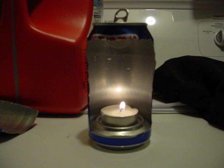 crea una lámpara con una lata y una vela