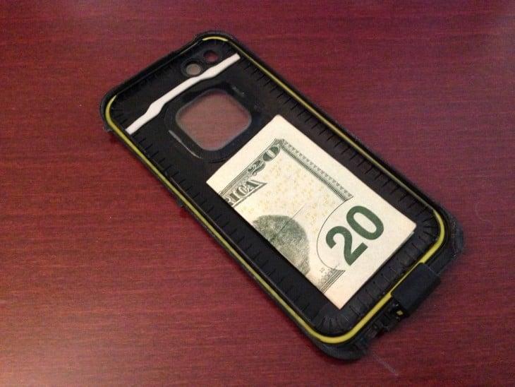 billete en la parte trasera de la caratula de un celular