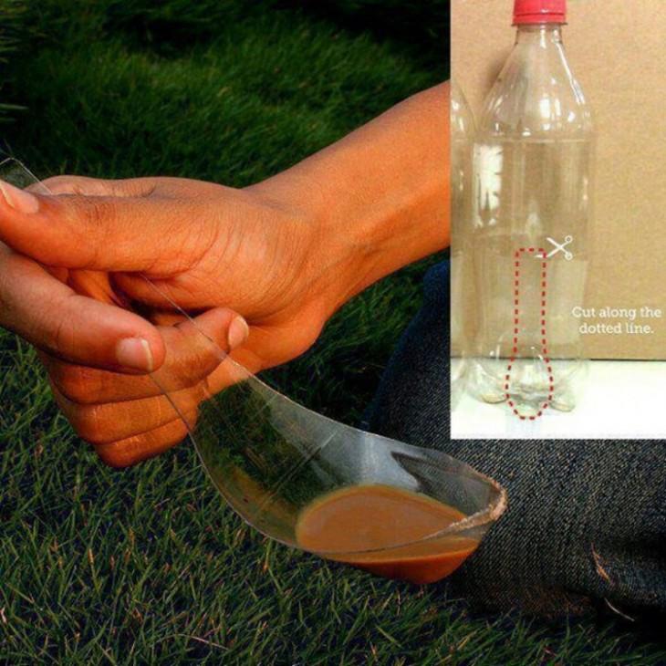 cuchara hecha con una botella plástica