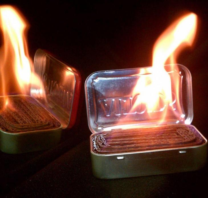 fuego hecho con una lata de Altoids rellena de cartón