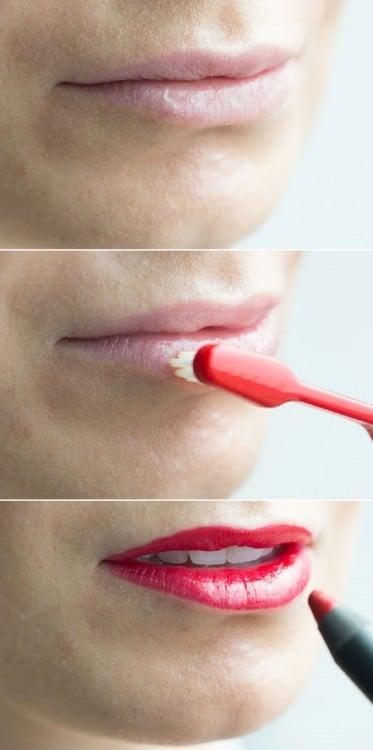 cepillo de dientes exfoliando los labios de una mujer