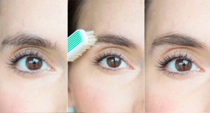 mujer peinandose las cejas con un cepillo de dientes