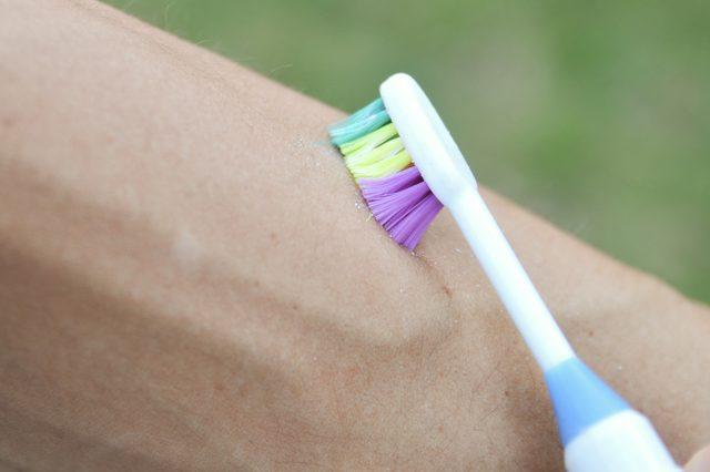 remove encravada bonita com uma escova de dentes