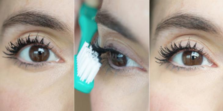 mulher que remove o excesso de mascara em suas pestanas