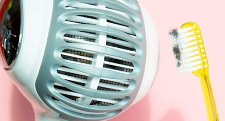 grelhas de limpar o seu secador de cabelo com uma escova de dentes