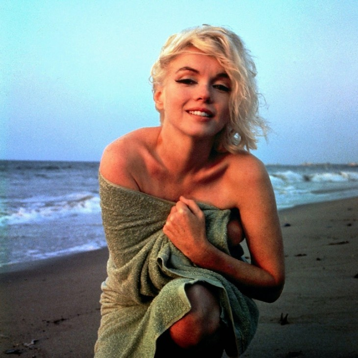 MARILYN EN LA PLAYA DE SAN MONICA, POSE FRONTAL
