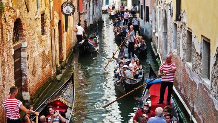 canal de Venecia lleno de turistas