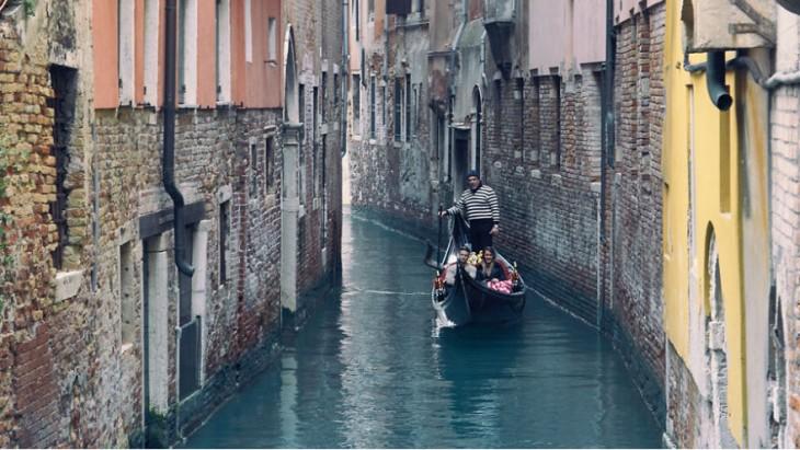 canal de Venecia en un paseo romántico en la góndola