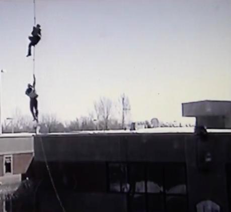 dos presos colgados de la cuerda de un helicóptero en Canadá