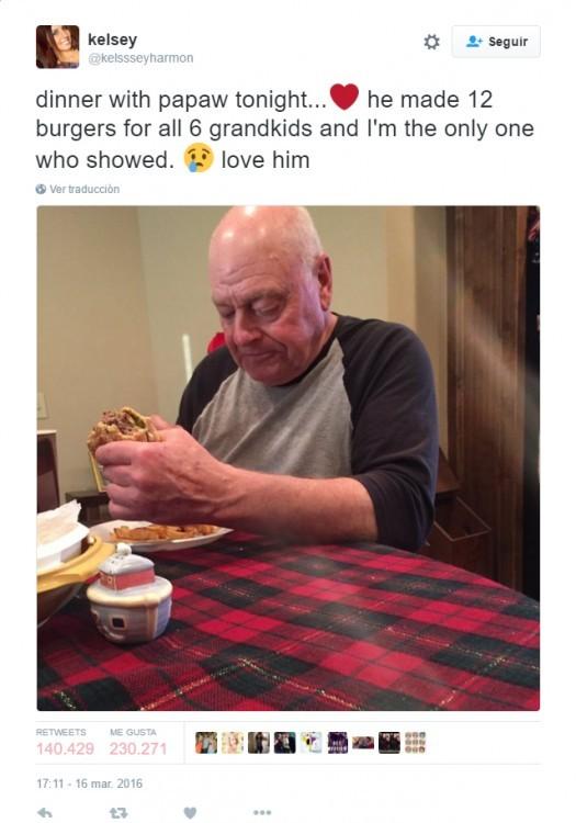 Abuelo con triste con hambuerguesa