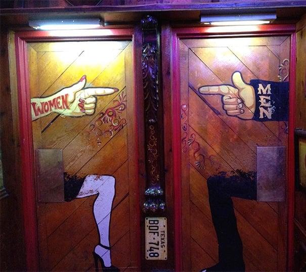 letreros de baños hombres y mujeres dedo señalando al otro baño