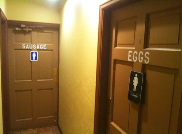 letrero de baños, hombres salchichas, mujeres huevos