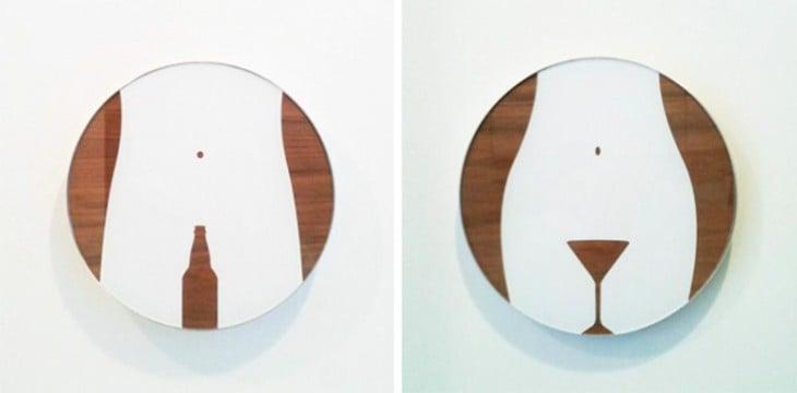 Letreros de baños: hombres una figura de una cerveza, mujeres una figura de un martini