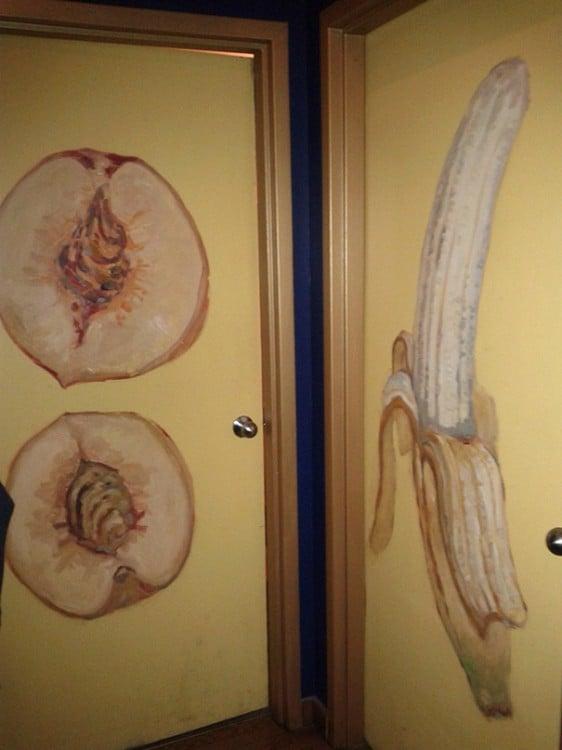 dibujos en las puertas del baño, platano y durazno